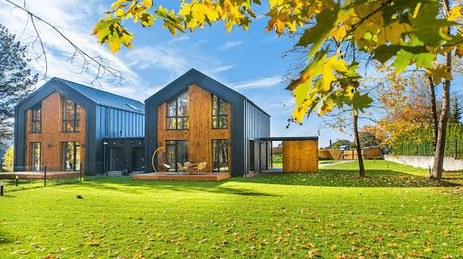 Дом с газоном