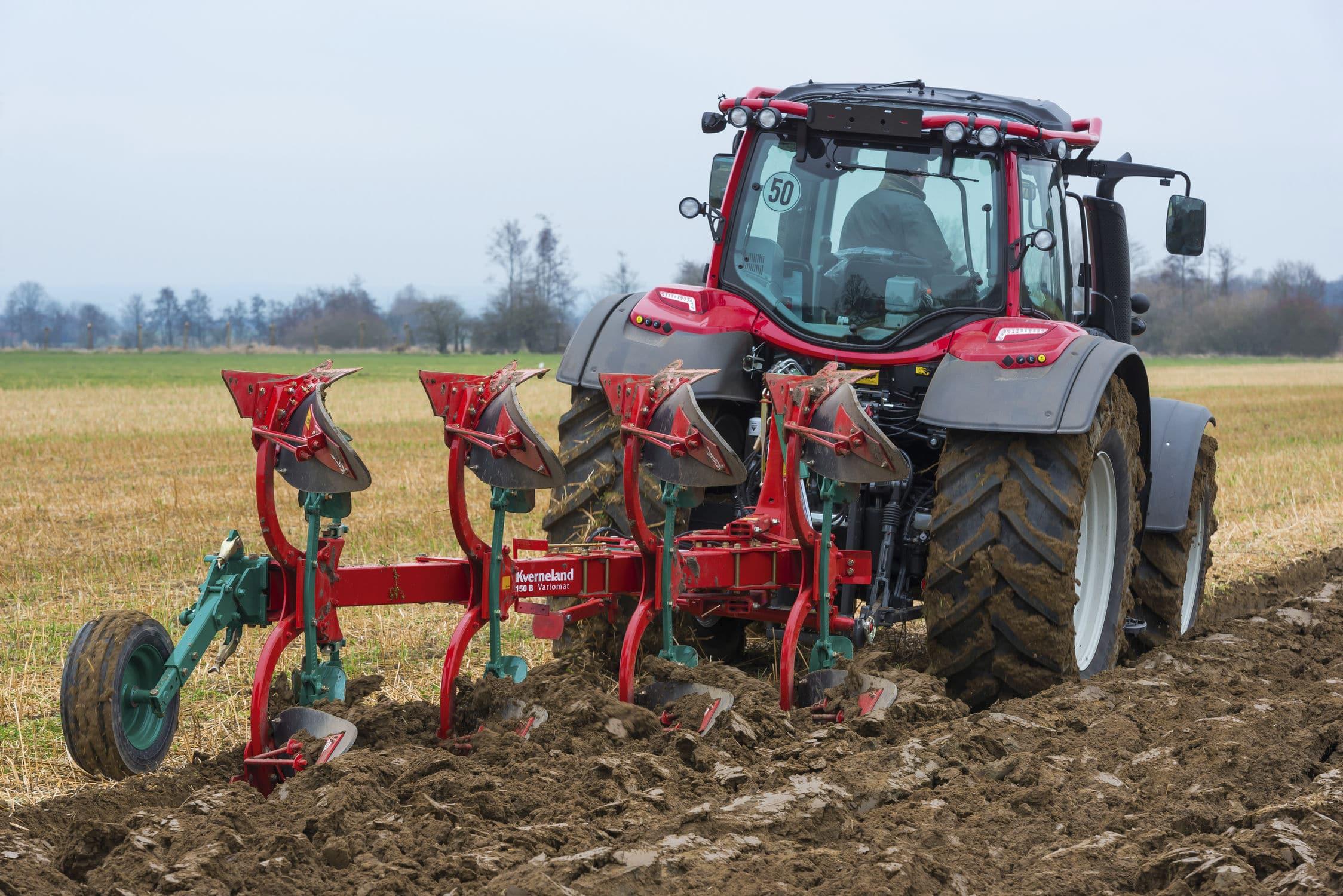 Трактор пашет на полях картинки
